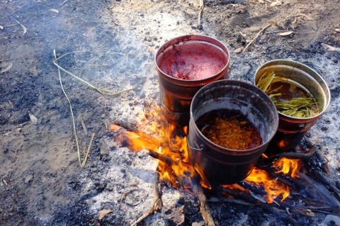 dyeing pandanas over the fire